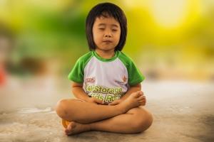 Kind meditiert