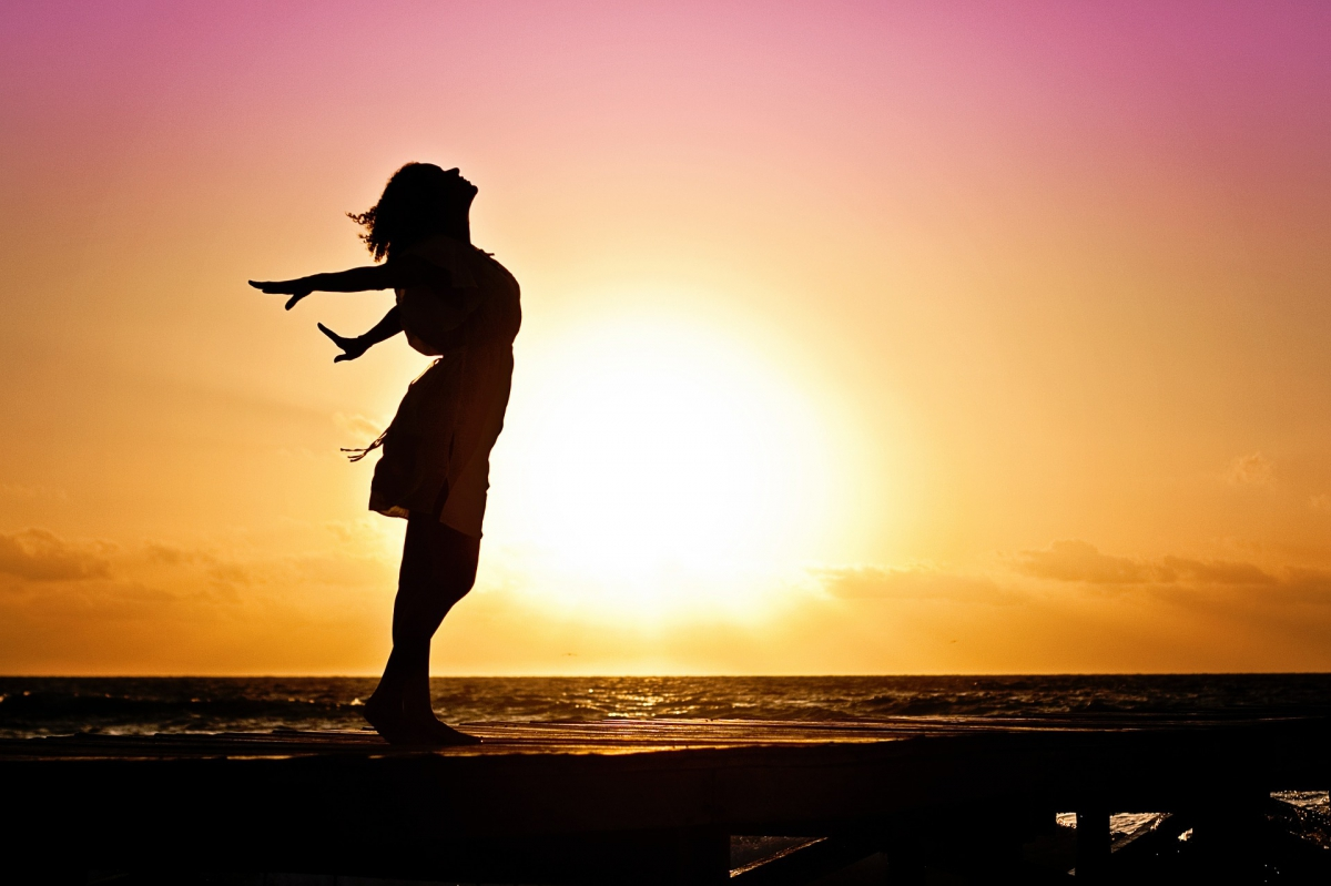 Frau im Sonnenuntergang