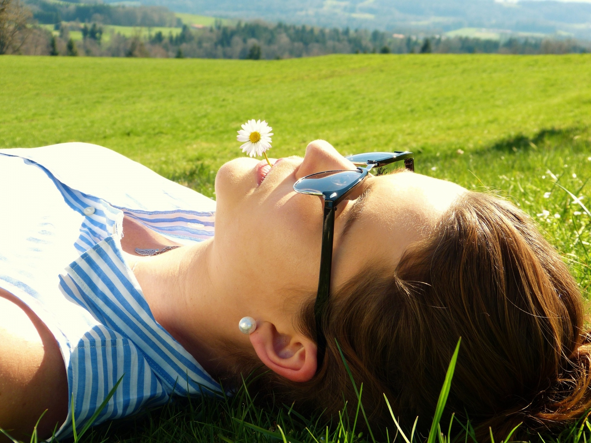 Frau entspannt im Gras