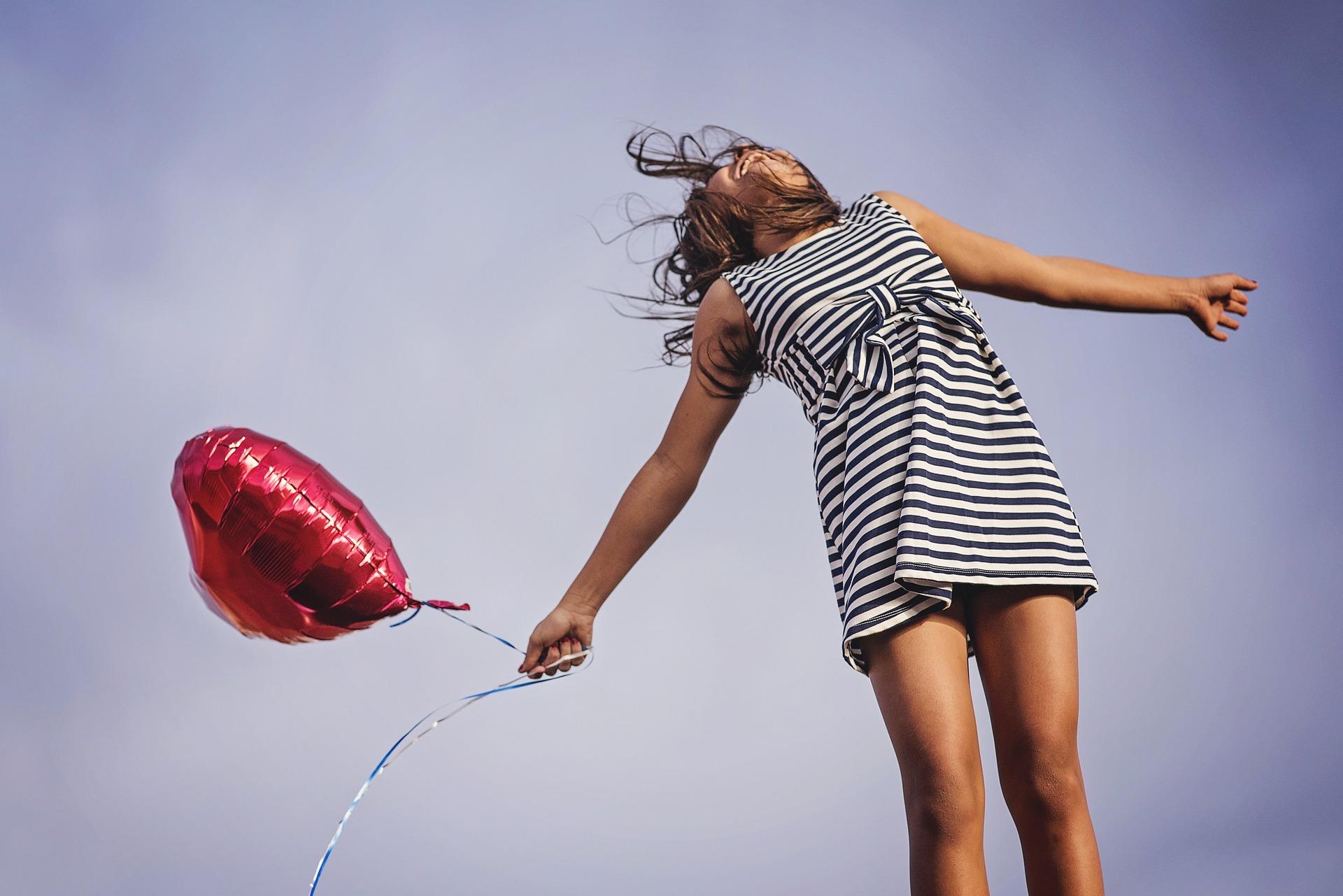 Frau mit Luftballon